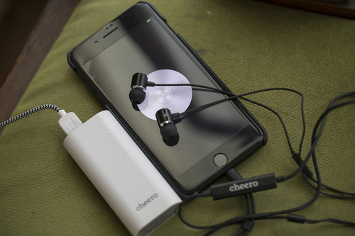 Cheero_earphones_with_charging_dock